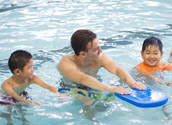 Children with swimming intructor